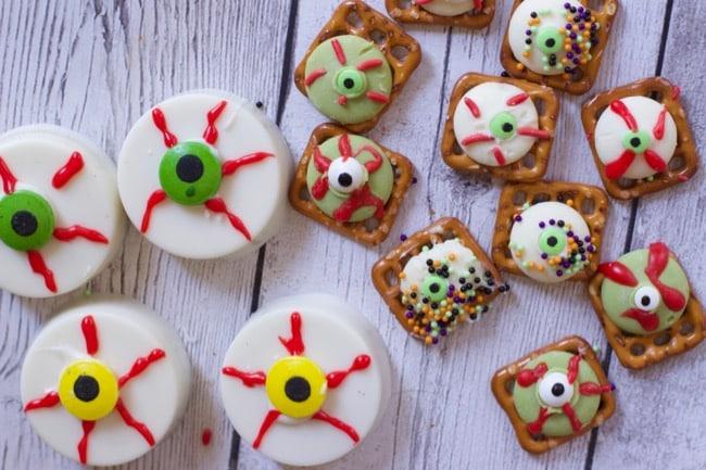 Halloween Desserts : Chocolate Covered Oreo Eyeballs