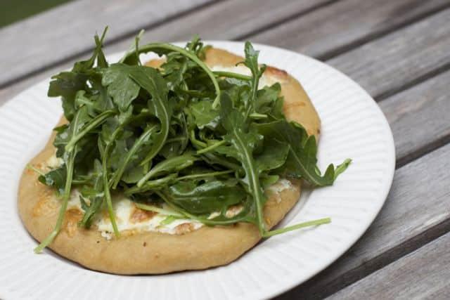 white pizza arugula salad