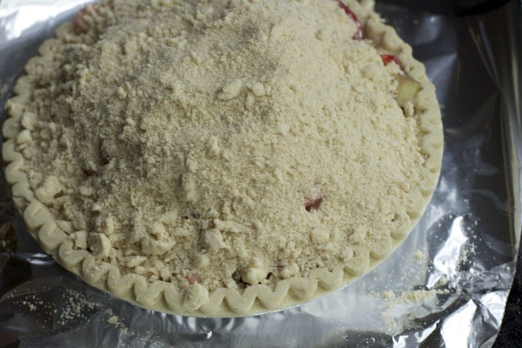 crumble-topping-pie Strawberry Rhubarb pie